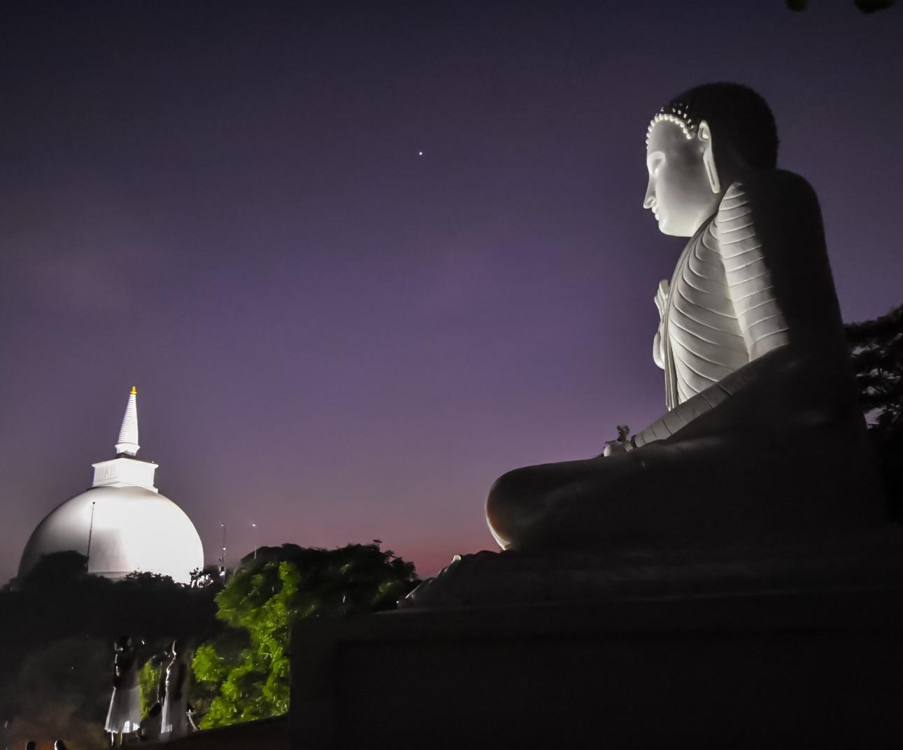 Aussicht auf die Maha Seya Stupa vom großen Buddha in Mihintale bei Nacht