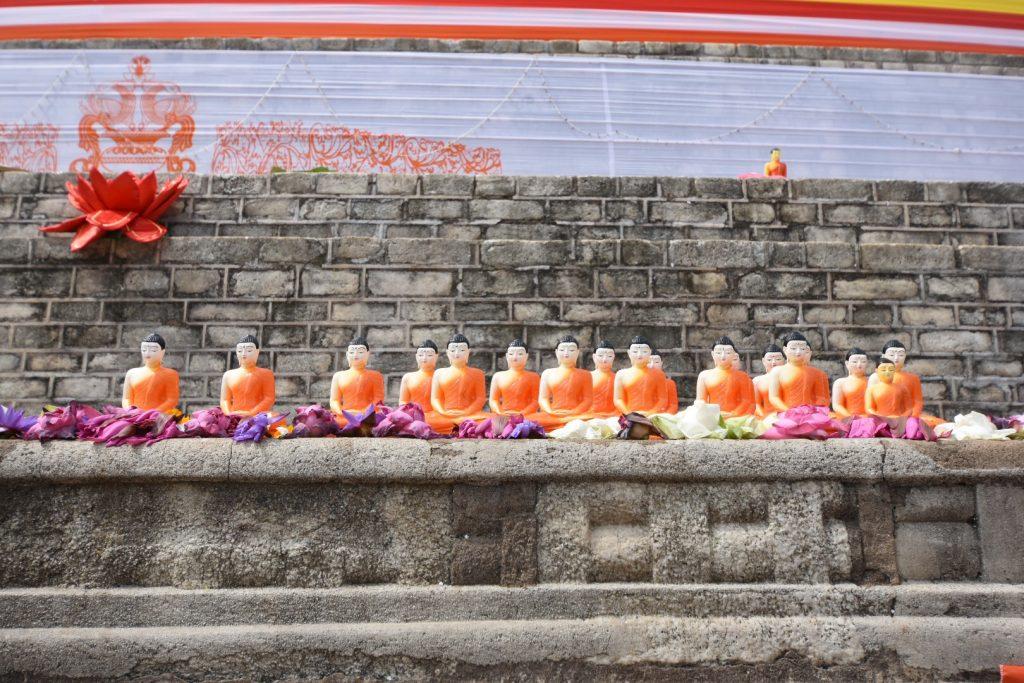 Buddhastatuen auf den ersten Stufen des Stupa