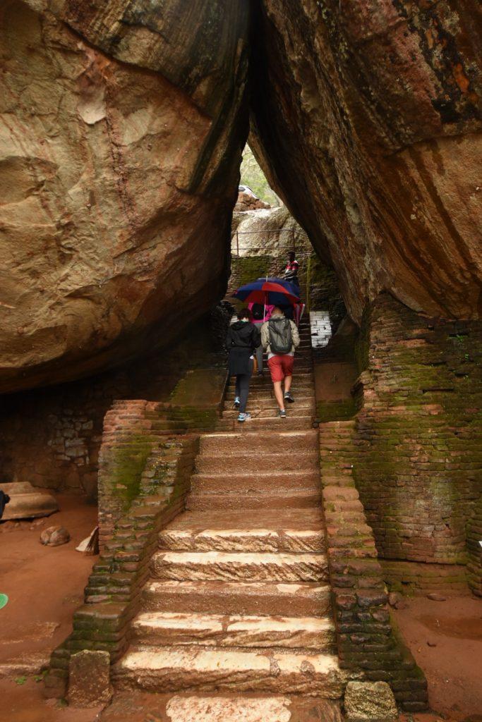Felsdurchgang auf der Treppe von Sigiriya