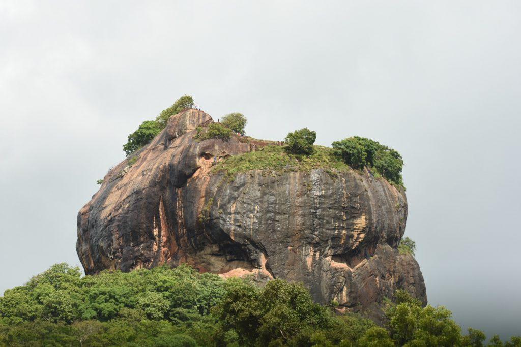 Die Fernansicht des Löwenfelsens von Sigiriya