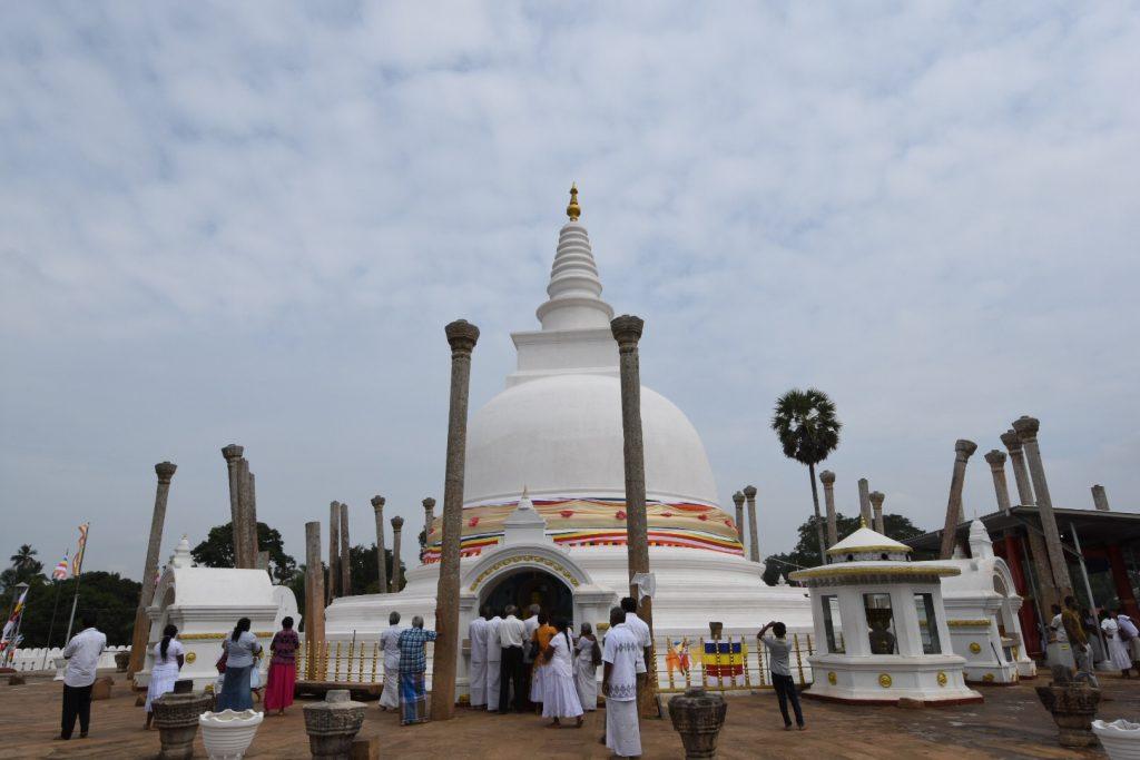 Kleiner Stupa mit Pilgern