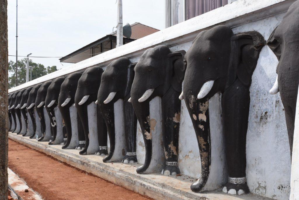 Schützende Elefanten des großen Stupa
