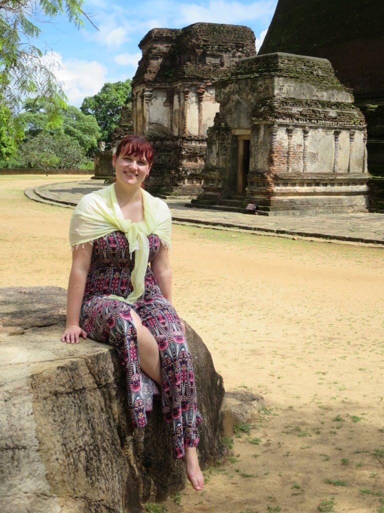 Martina Vor den Ruinen von Polonnaruwa
