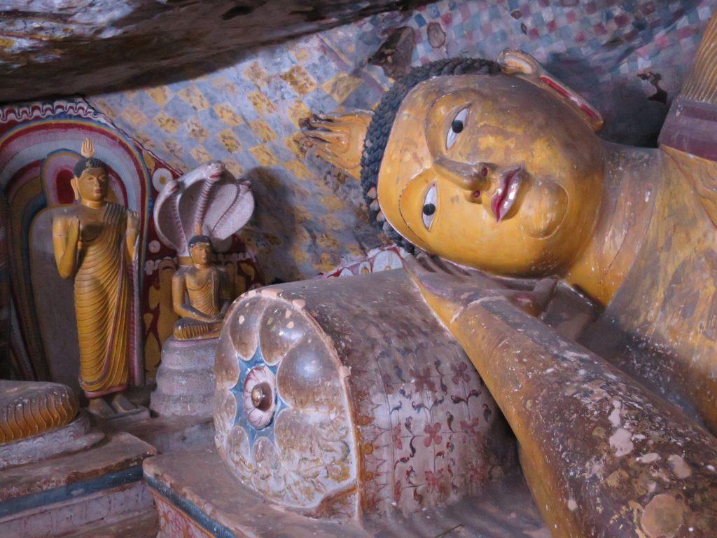 Liegender Buddha in einer der kleinen Höhlen.