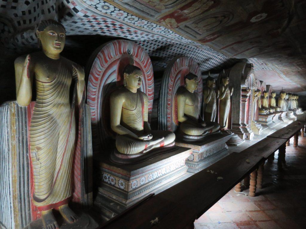 Die vielen Buddhas in Dambullas größter Höhle