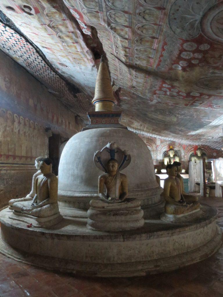 Der Stupa in der größten Höhle.