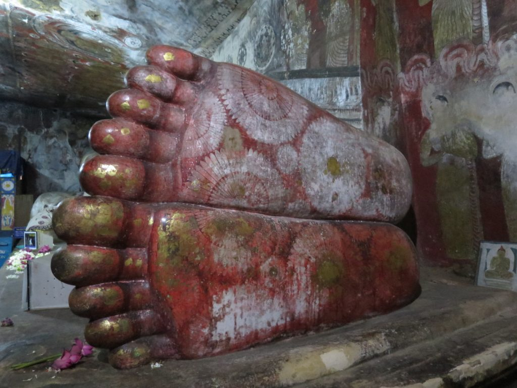 Die Lotusblüten an den Füßen des ins Nirvana eingegangenen Buddhas