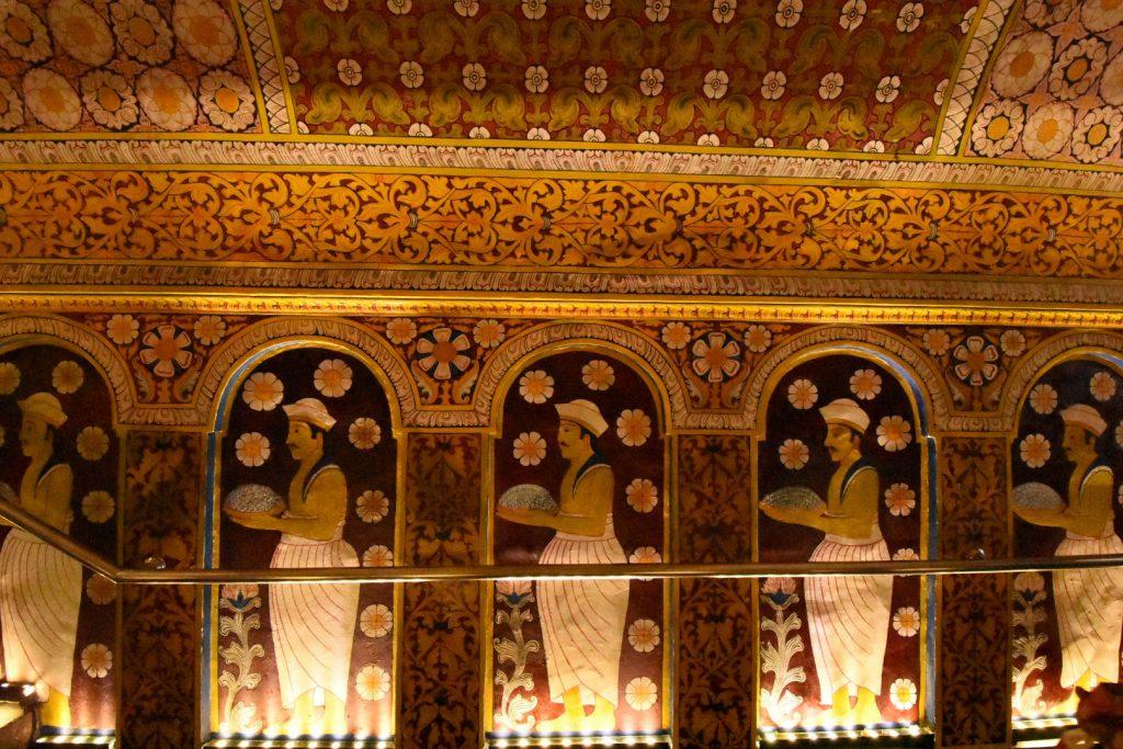 Tänzer in der Eingangshalle des Gebäudes, das den Tempel umgibt
