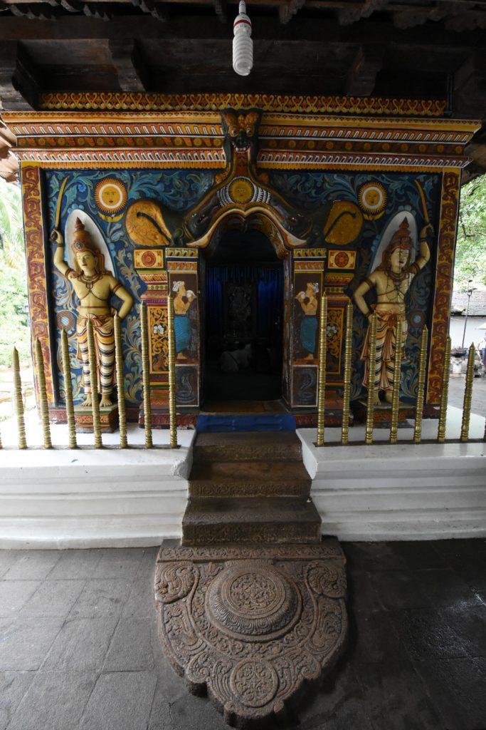 Kleiner hinduistischer Tempel am Areal des Sri Dalada Malagawa.