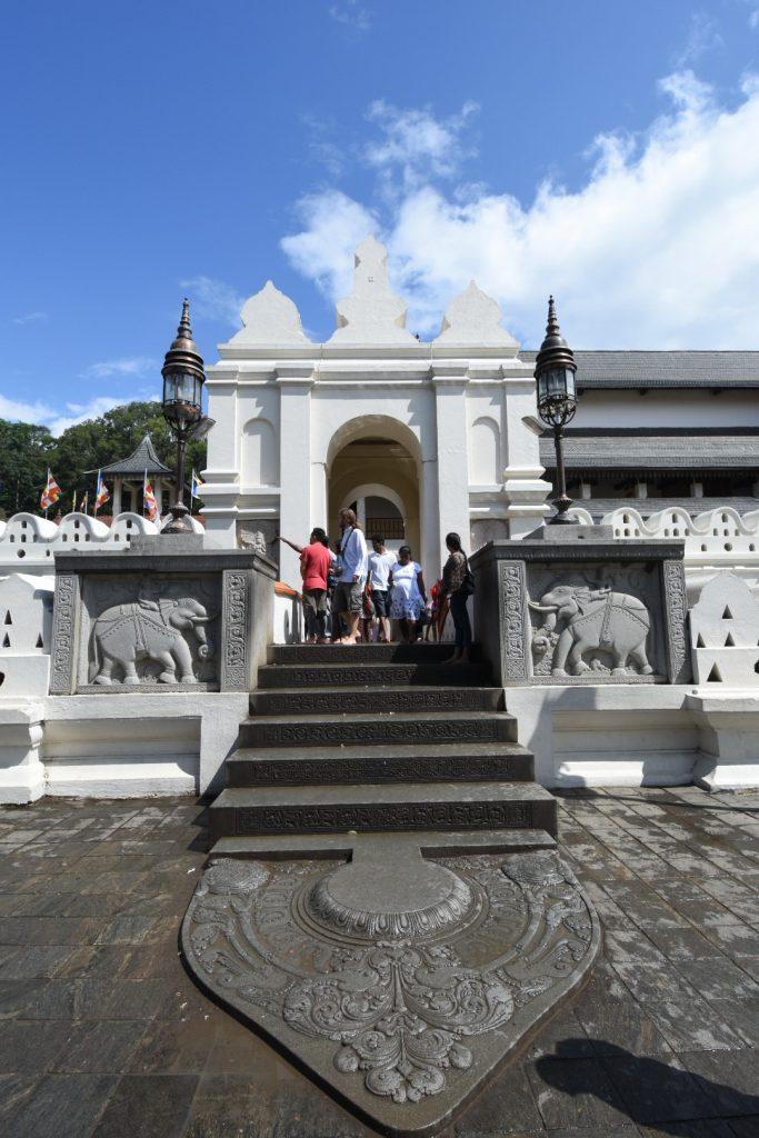 Andrang vor dem Kandy Tooth Relic Temple