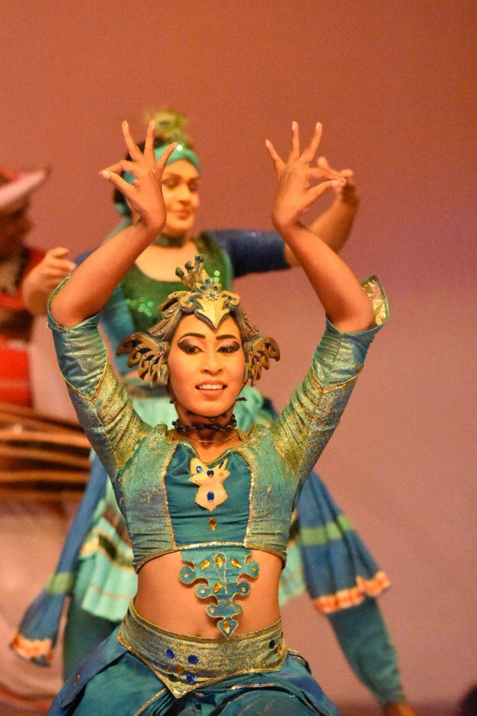 Beim Pfauentanz imitieren die Tänzerinnen die stolzierenden Bewegungen der allgegenwärtigen Vögel