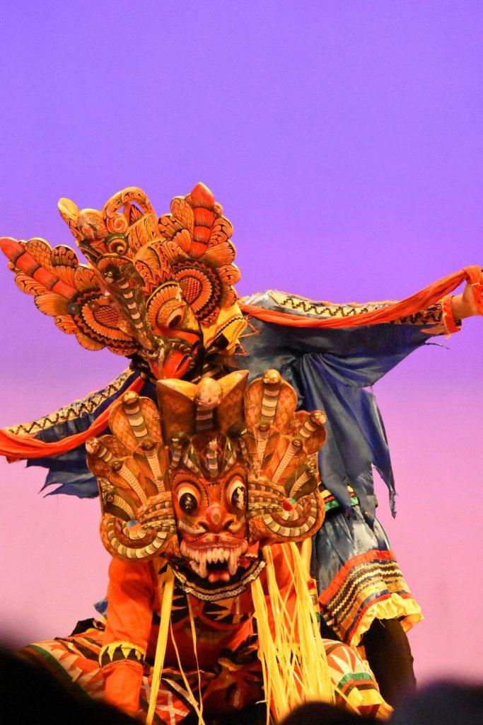 Tänzer im Kandy Lake Club mit Schlangenmasken