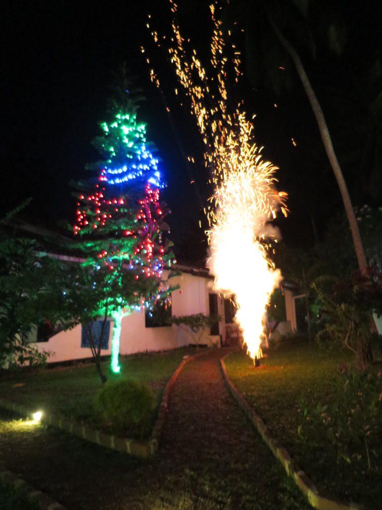 christbaum und bengalisches feuer
