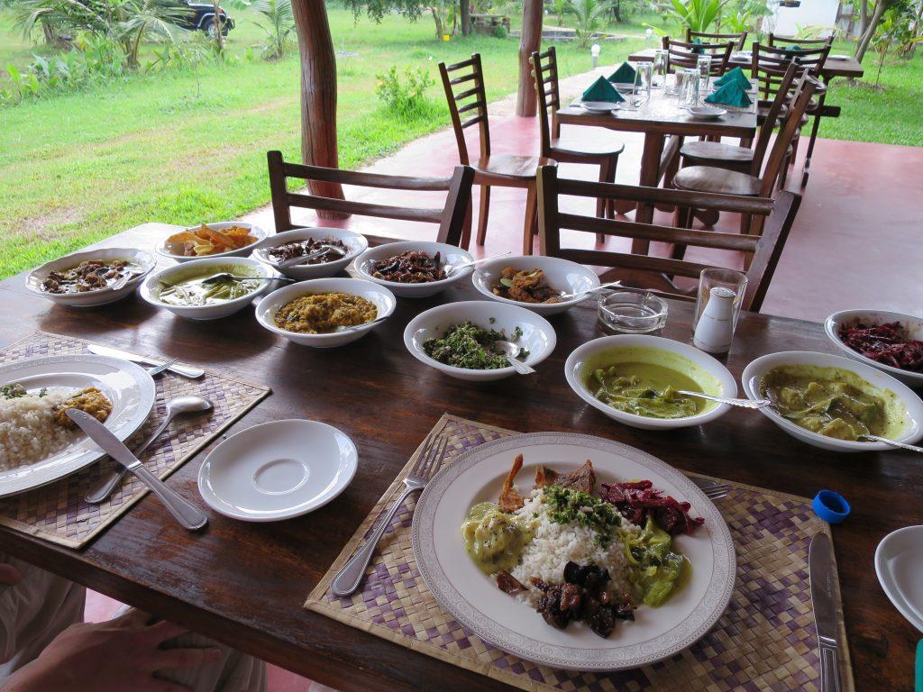 So sieht der typische Mittagstisch mit Reis und Curry aus