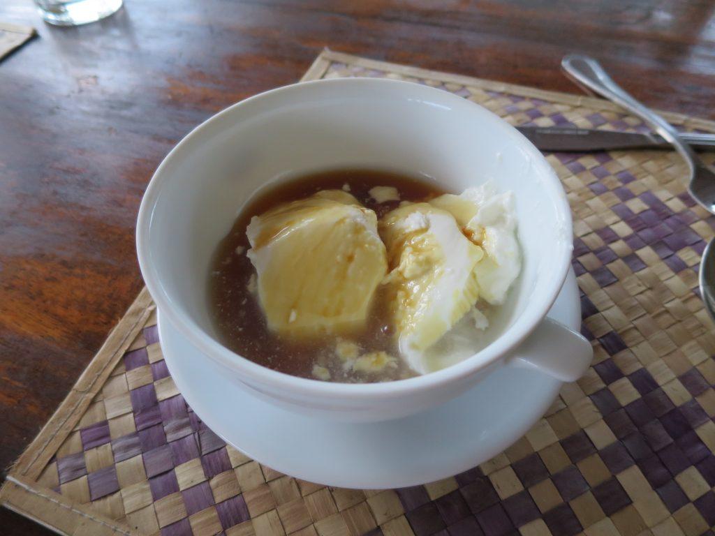 "Die traditionelle Nachspeise ""Curd and Honey"""