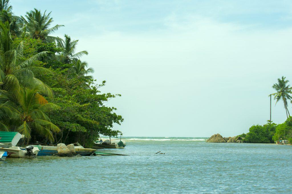 Die Lagune von Balapitya, wo sie auf den Indischen Ozean trifft