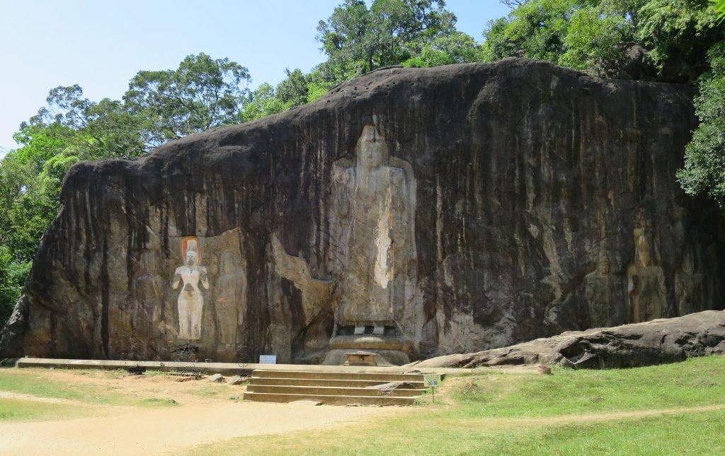 Die Felswand von Buduruwagala