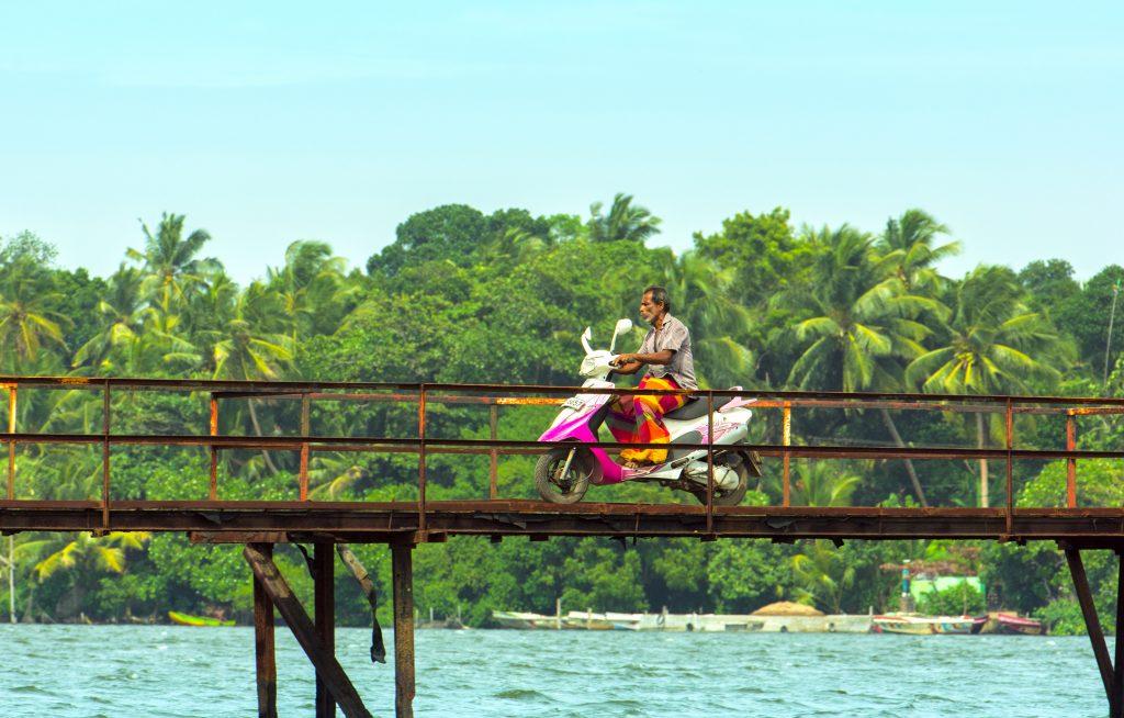 Der chaotische Straßenverkehr von Sri Lanka macht auch vor einer kleinen Holzbrücke nicht halt