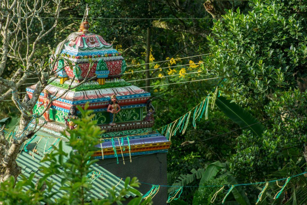 Viele der kleinen Siedlungen haben einen hinduistischen Tempel mit dabei.