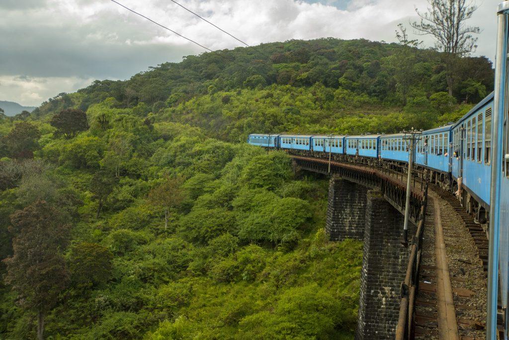 Mit dem Zug durch Sri Lankas Hochland.