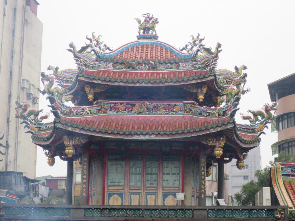 Besonders distinktiv im Vergleich zu anderen Tempeln sind die farbenfrohen Drachen am Dach