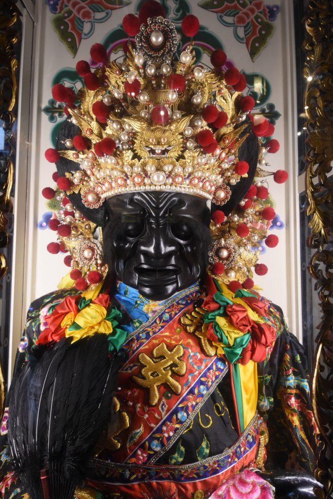Überlebensgroße Götterpuppe im Quinshang Tempel