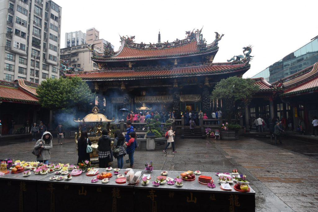Im Hof vor dem Tempel werden Opfergaben dargebracht