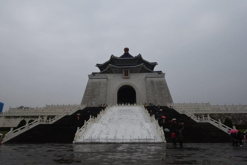 Die Memorial Hall thront auf einer mächtigen weißen Treppe