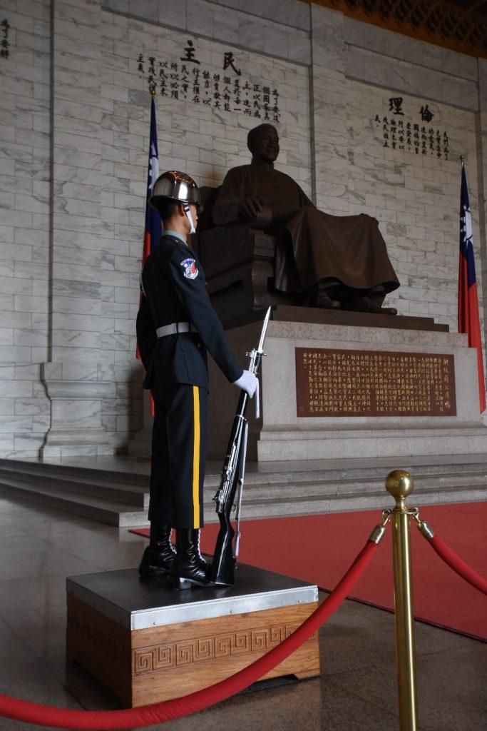 Die Ehrenwache vor Chaing Kai Sheks Denkmal