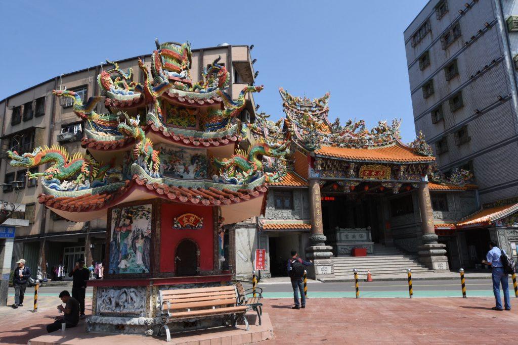 Farbenfroher Tempel und Pagode mitten in Yehliu