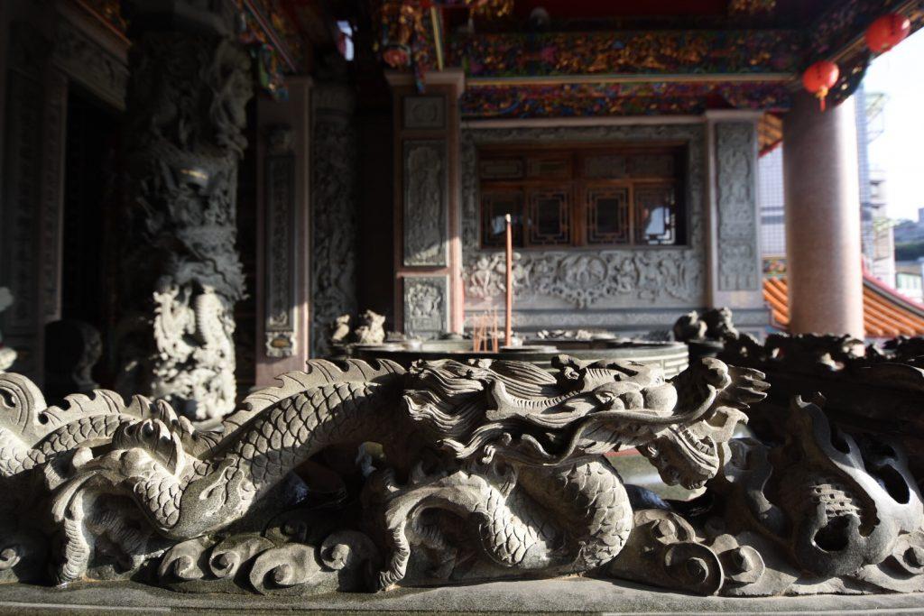 Steinerne Drachen bewachen den Eingang dey Tempels